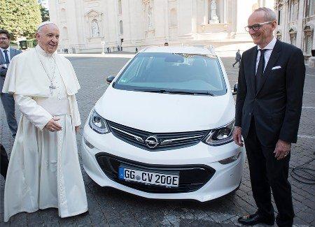 Опель подарил папе римскому электрокар
