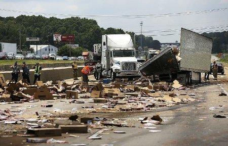 ВСША врезультате дорожного происшествия потрассе рассыпались тысячи пицц