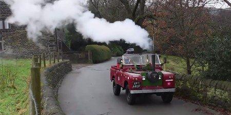 Британский пенсионер превратил вседорожный автомобиль Лэнд Ровер впаровоз