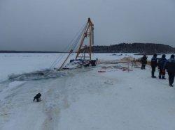 В Иркутске по очереди ушли под лед бензовоз,  ...