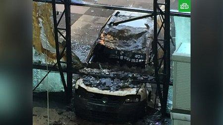 Мужчина протаранил наавтомобиле сооружение городского совета вГолландии