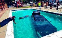 Infiniti утопили в бассейне. Видео